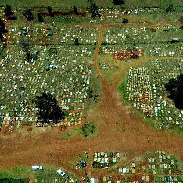 В Найроби не хватает мест на кладбищах, а кремировать - боятся