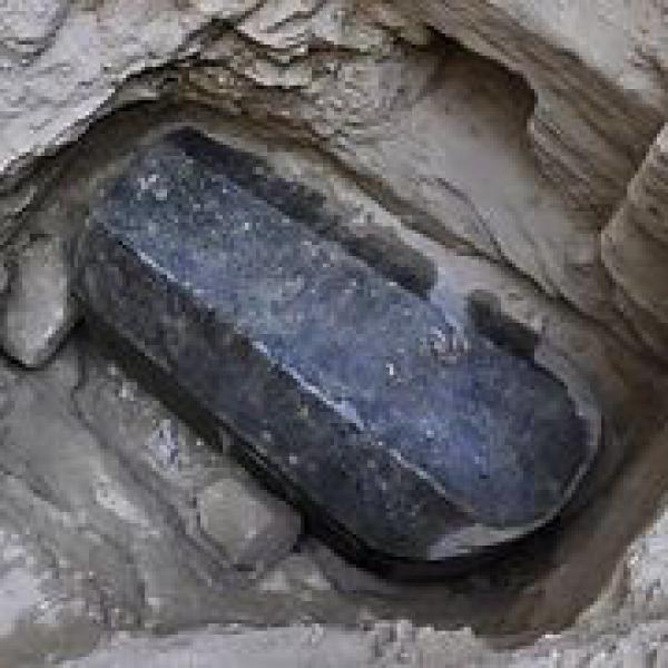 В Египте откроют черный гранитный саркофаг, который пролежал в земле более двух тысяч лет.