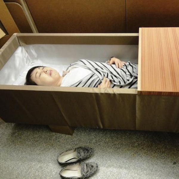 На фестивале Шукатцу японцы наносят на лица похоронный грим и лежат в гробах