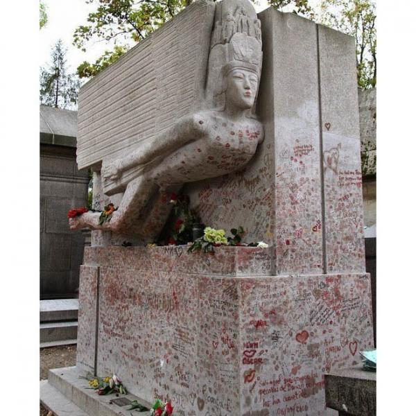 Зацелованная могила Оскара Уайльда