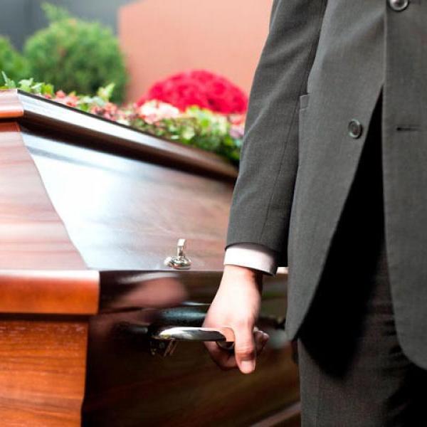 Официально: Гройсман хочет запретить навязывать похоронные услуги